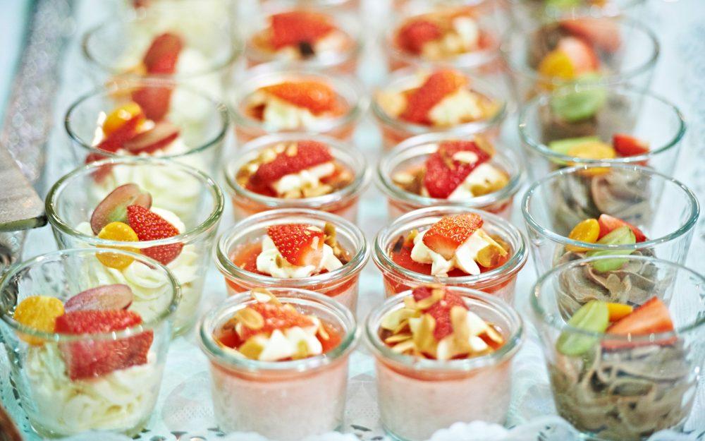 Essen Gläser angerichtet