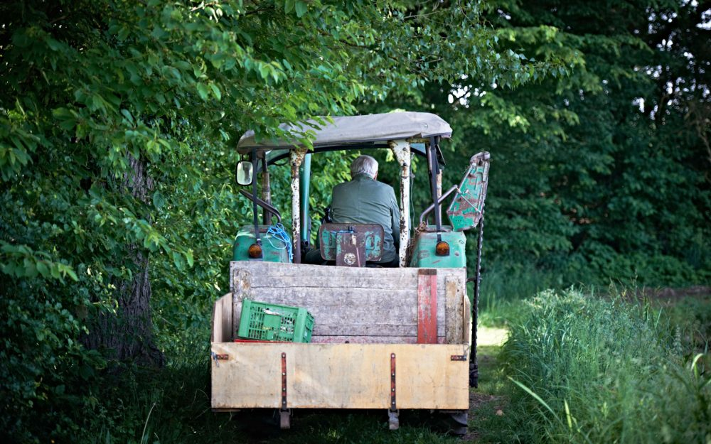 Nägel Senior auf dem Traktor