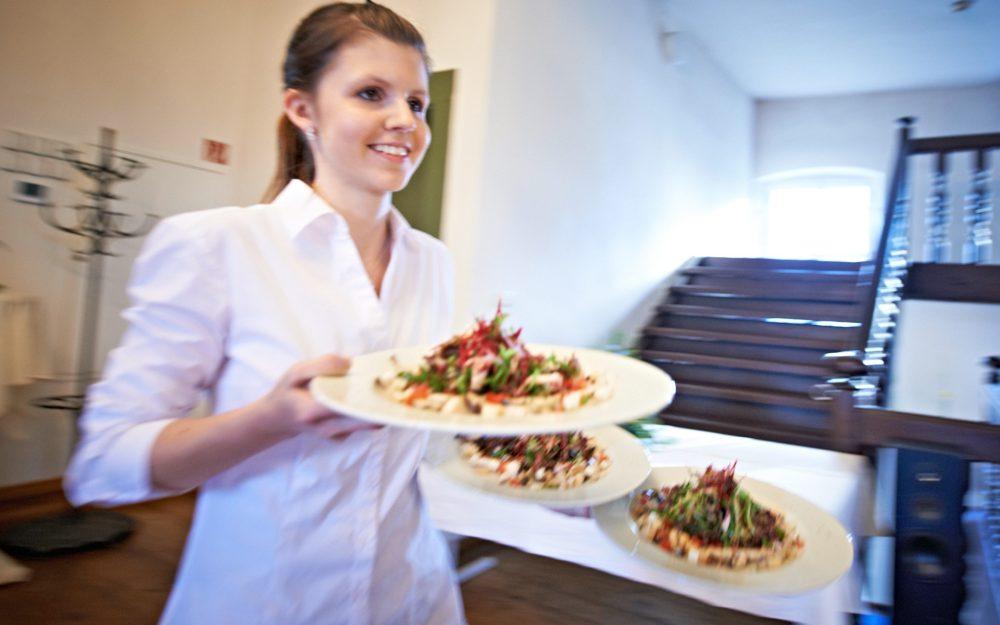 Servicepersonal serviert Gerichte