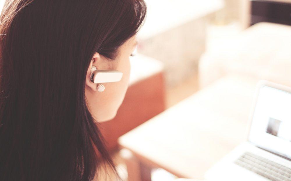 Frau Arbeitsplatz telefoniert