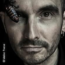 Mark Benecke mit Schabe am Auge